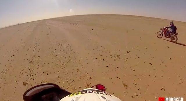 画像: 広大な砂漠を駆け抜けます。気分良いだろうなぁ〜。