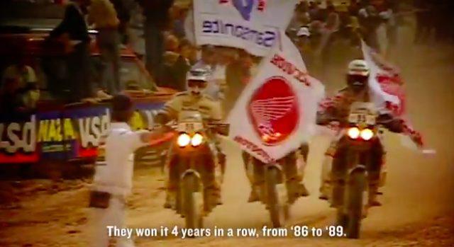 画像: 誇らしげにホンダの旗をかざしながら、ダカールでビクトリーランをするNXR750軍団。 www.youtube.com