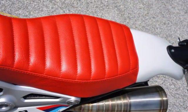 画像: 真っ赤なシートがかわいい。 www.luismoto.it