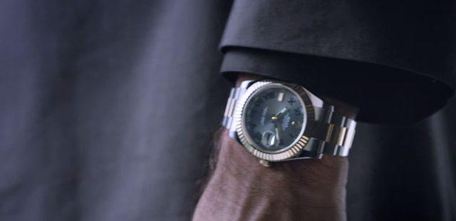 画像: 時間は誰にも平等だ。彼の左腕に収まるのはロレックス www.youtube.com