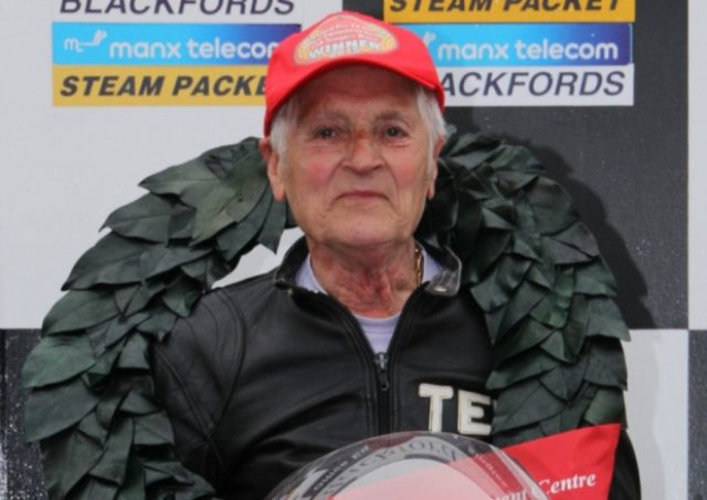 画像: 5月30日のレースで、見事優勝したテッドさん。平均73.7mph(118.6km/h)というファステストラップを記録しての勝利でした。 www.iomtoday.co.im