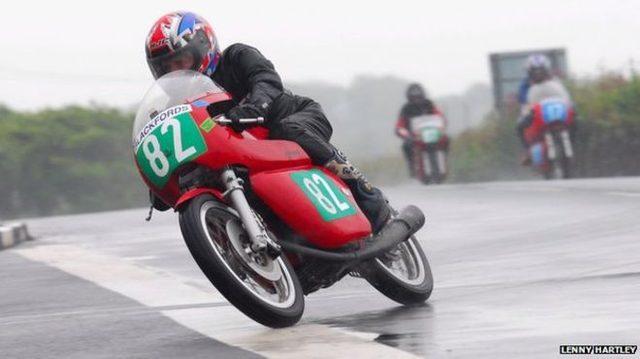 画像: こちらは多分5年前のレースですね。なぜ5年前・・・? ゼッケンナンバーが彼の年齢なのが慣習なのです。 ichef.bbci.co.uk