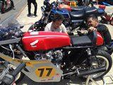画像: OVER RACING代表の佐藤さん(左)は、ホンダCB450レーサーで参加。模擬レース(速いクラス)ではぶっちぎりの優勝でした。