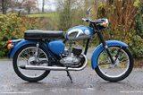 画像: こちらが車体関係の元ネタとなった、BSAバンタムD4です。ドイツのDKW RT125を範にした2ストローク単気筒を搭載するバンタムシリーズの最終型で、安価なモーターサイクルとして英国民に愛されました。 www.classicandracebike.co.uk