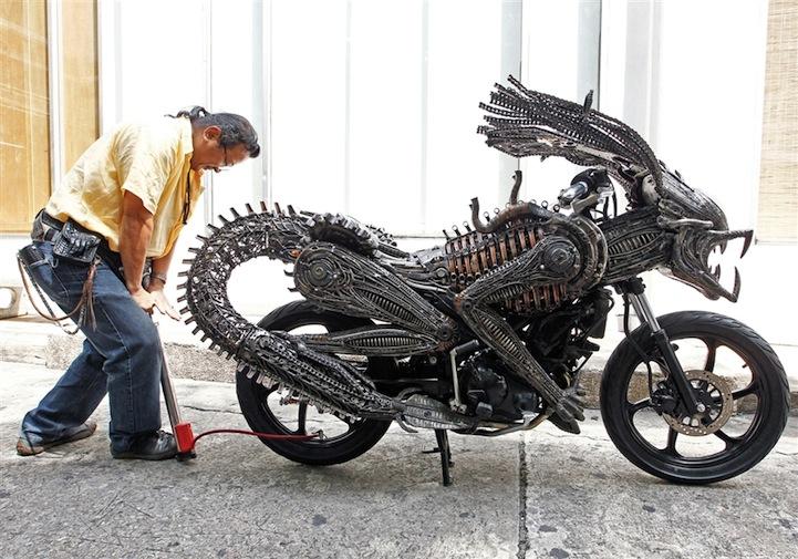 うしろから走ってきたらぜったい襲われそう…バンコクのデザイナーが作った超リアルなエイリアンバイク!