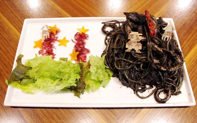 画像: ゲッソーのイカスミパスタ ドリンクセット(2.5 次元フィギュア付き) 1,575円+税 www.fashion-press.net