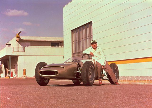 画像: あまりに有名な本田宗一郎氏とRA270の写真。金色の車体がその特徴です。 gazoo.com