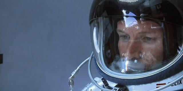 画像: 中には真剣な顔の宇宙飛行士が。 www.youtube.com