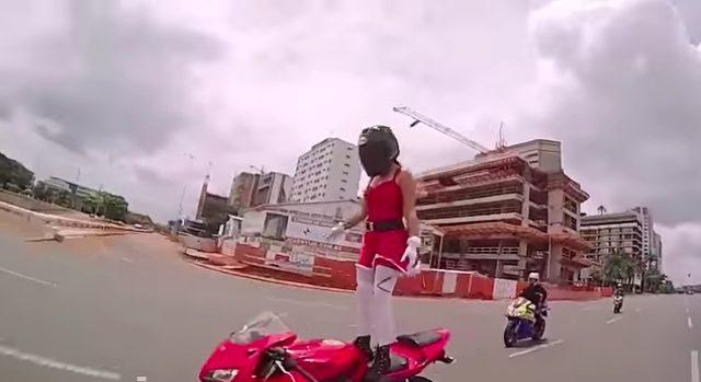 画像4: 【動画】謎のサンタガール!走行中に次々とアクロバット技を披露する姿がセクシーでカッコイイ!!