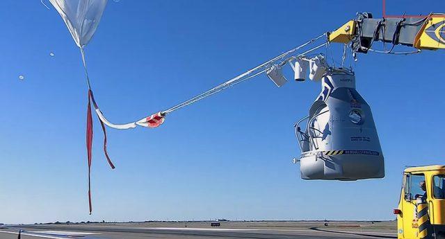 画像: 気球につながれた有人ポッド www.youtube.com
