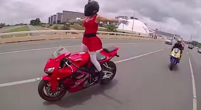 画像3: 【動画】謎のサンタガール!走行中に次々とアクロバット技を披露する姿がセクシーでカッコイイ!!