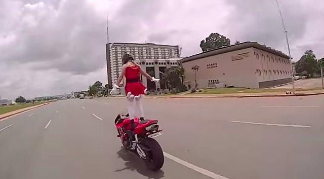 画像5: 【動画】謎のサンタガール!走行中に次々とアクロバット技を披露する姿がセクシーでカッコイイ!!