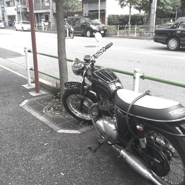 画像2: 【街角で見かけたクールなバイク】トライアンフ型式不明