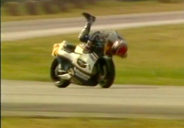 画像: レース後、ロッシが愛機ヤマハYZR-M1のフロントフェアリングにキスをするシーンは有名ですが、マモラはレース中にキスをしていました(笑)。さすがです? www.youtube.com