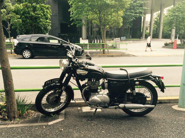 画像1: 【街角で見かけたクールなバイク】トライアンフ型式不明