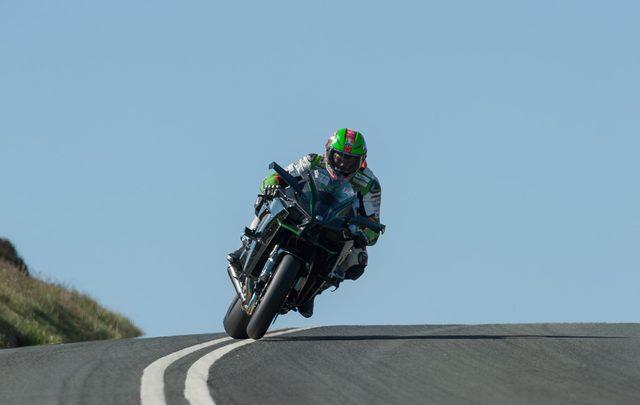 画像: スライドさせながらカワサキH2Rをコントロールするジェームス・ヒリアー。 i0.wp.com