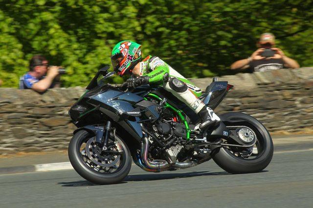 画像: 37 ¾マイル(約60km)のコースをハイスピードで走るH2R。数多くのカメラのターゲットになったのは言うまでもありません。 www.morebikes.co.uk