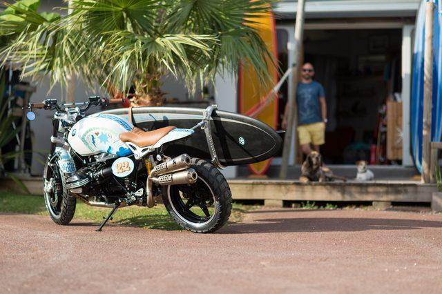 画像: バイクを見つめているのか、ボードをみつめているのか?多分両方だろう www.press.bmwgroup.com