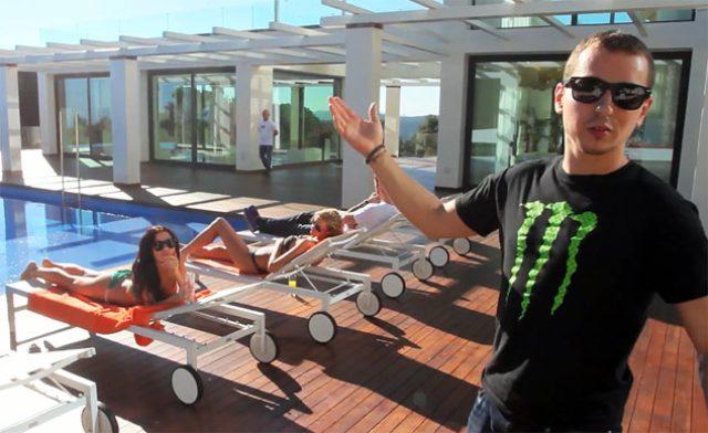 画像: ロレンソの豪邸。プールサイドには美女。いいな〜。 blog.motorcycle.com