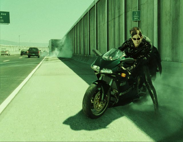 画像: 煙もくもく。 www.motorcycleshows.com