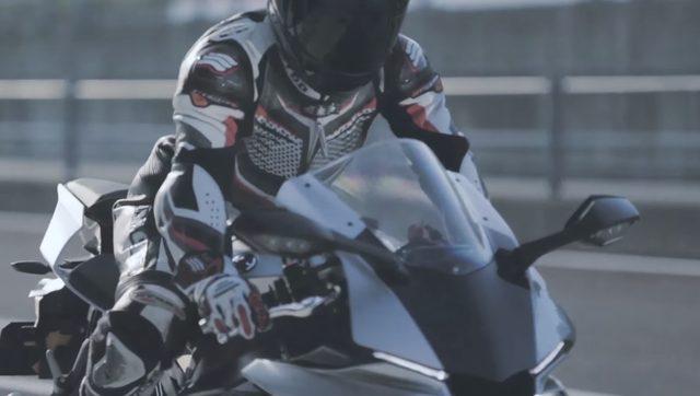画像: 完成したR1を菅生サーキットでテストを繰り返す www.youtube.com