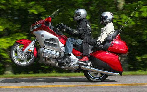 画像: ジェントルな乗り物であるホンダGL1800も、余裕のパワーでアゲアゲです。 www.motorcycle.com