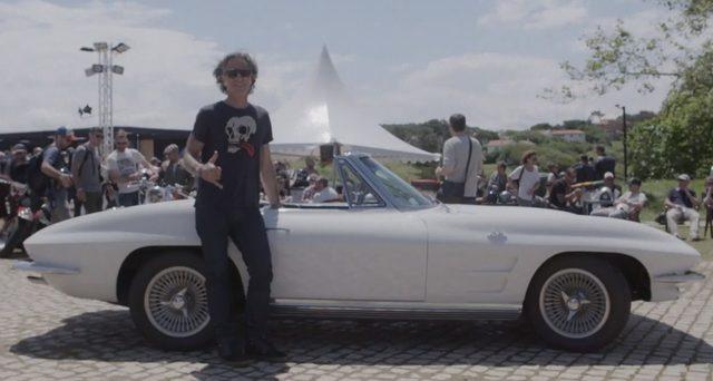 画像: おしゃれなクラシックカーできているおじさんや、 www.youtube.com