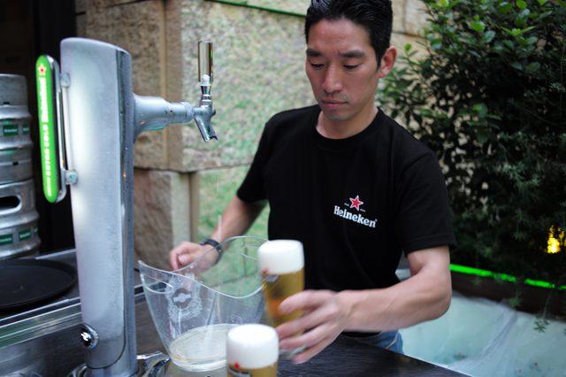 画像: 通常のビールは5-7度で提供されるが、ハイネケン エクストラコールドは0度以下。真夏に真冬の冷たさを味わえる