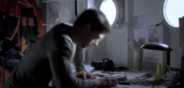 画像: オーロラを撮りに南極?北極?やってきたカメラマン。そのとき、船に大きな衝撃が! www.youtube.com