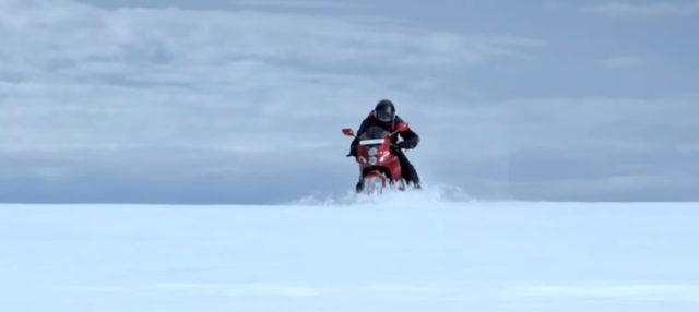 画像: 氷上を突っ走る! www.youtube.com