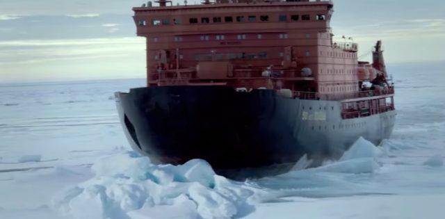 画像: 氷上に乗り上げ、これ以上進めない! www.youtube.com