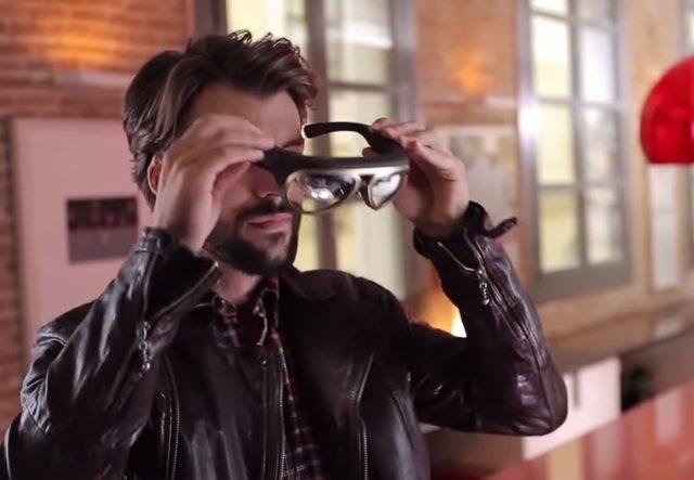 画像: 出かけるときにこのARアイウェア「Mini Augmented Vision」をかけると www.youtube.com