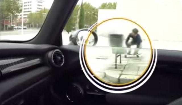 画像: ドライブ中に、ドアの横をすり抜けていくスケーターが! www.youtube.com