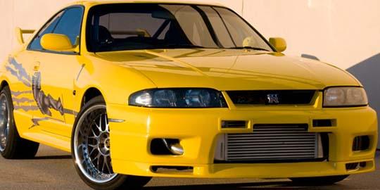 画像: 劇中では青、実生活では黄色のGT-R。 cdn.klimg.com