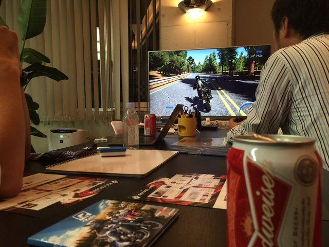 画像: 編集長、トーマスが見守る前でタイムアタックにトライする宮崎記者