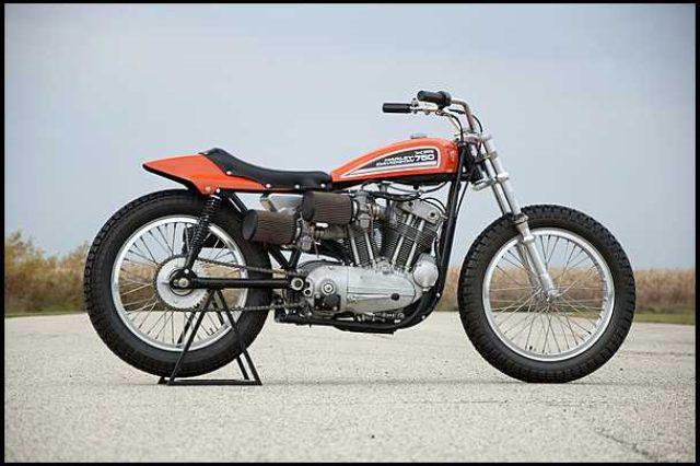 画像: 1975年型ハーレーダビッドソンXR750。1970年からのAMAクラスCレギュレーション変更(動弁方式問わず排気量上限750cc)に合わせて開発されたXR750は、1972年型からオールアルミエンジンに進化。その後も長い間ダートトラックの主流として、活躍した名機です。 img.mecum.com