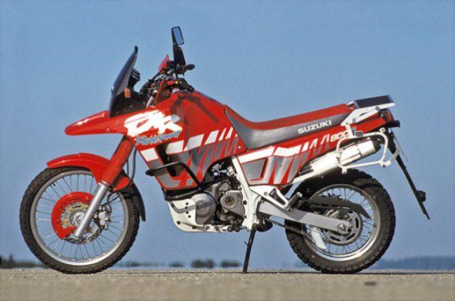 画像: 1988年にデビューしたDR750SことDR BIG。1991年型からは800ccに排気量アップした大型単気筒のデュアルパーパス車です。 www.motorradonline.de