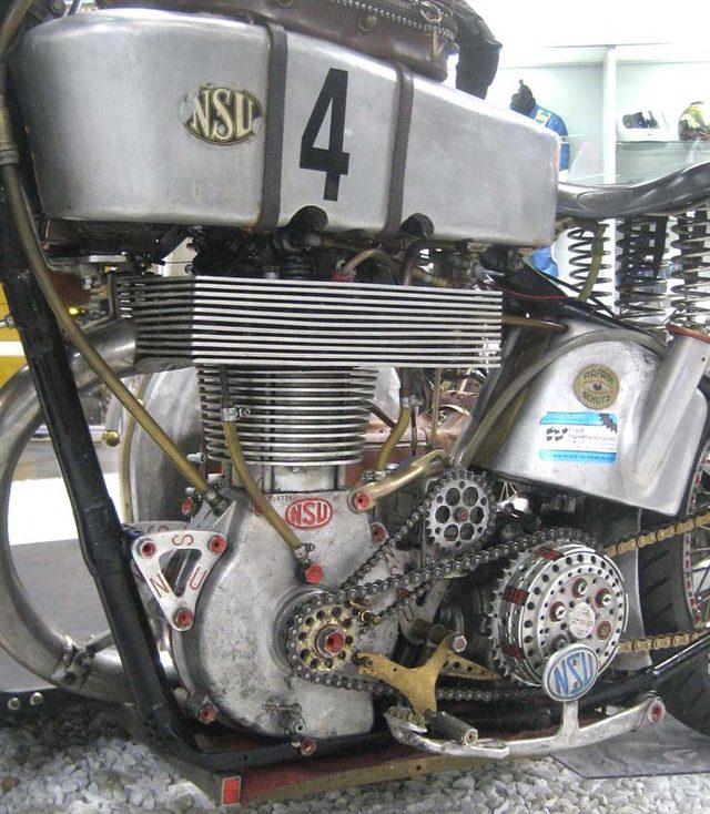 画像: NSU バイソン2000の心臓部。ベースとなったのはドイツ車のNSU CONSULですが、オリジナルの排気量はわずか?(笑)500ccです。ギアボックス別体式で、クランクシャフトスプロケットからクラッチと点火装置のマグネトーをチェーンで駆動します。こんな旧型単気筒をベースにしていますから、当然?バランサーの類はないでしょうね(冷や汗)。 1.bp.blogspot.com