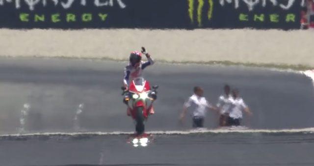 画像: 観客に挨拶をしながら、走るケーシー www.youtube.com