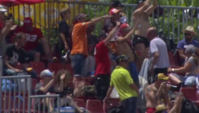 画像: 大喜びの観客たち www.youtube.com