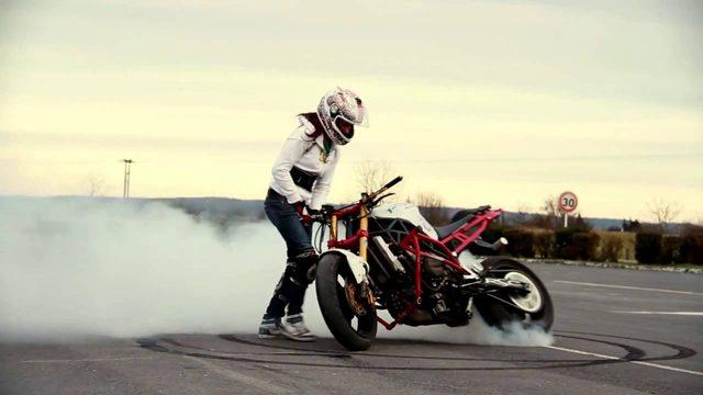 画像: スゴ腕女性ライダー、サラの妙技に刮目せよ! - LAWRENCE - Motorcycle x Cars + α = Your Life.