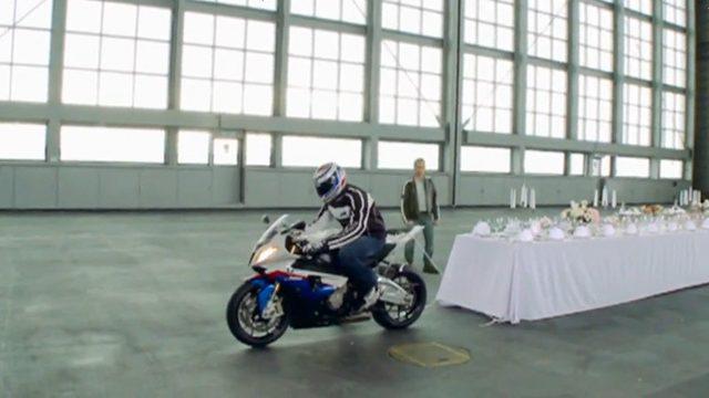 画像: かくし芸?バイクでテーブルクロス引き - LAWRENCE(ロレンス) - Motorcycle x Cars + α = Your Life.