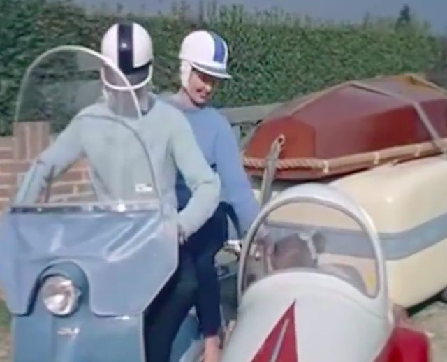 画像: 運転はお父さん、後ろのサドルにはお母さん。お嬢ちゃんはカーに乗り込みます。 www.facebook.com