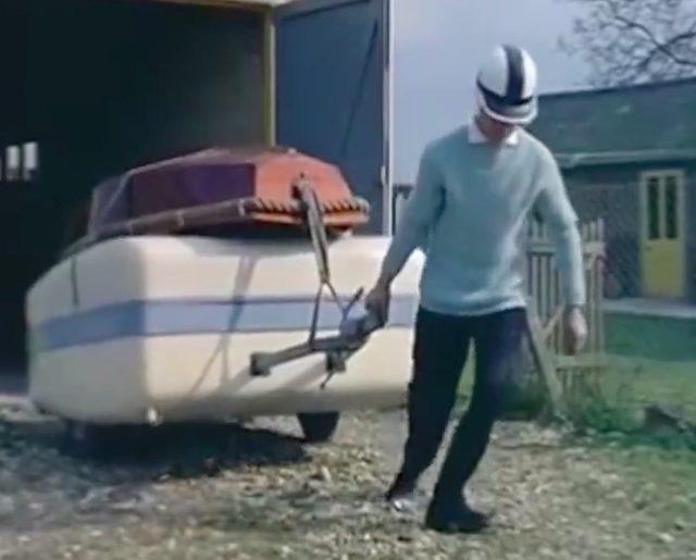 画像: お父さんはガレージから、ボートを載せたトレーラーを引っ張りだしています。 www.facebook.com