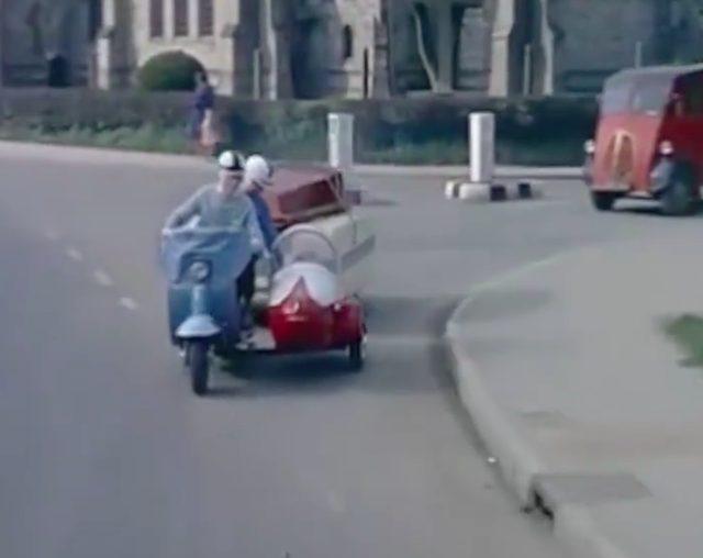 画像: 英語のナレーション、フロントフェンダーのナンバー表示、そして左側走行というところからして、イギリスの家族なんでしょうね・・・。 www.facebook.com