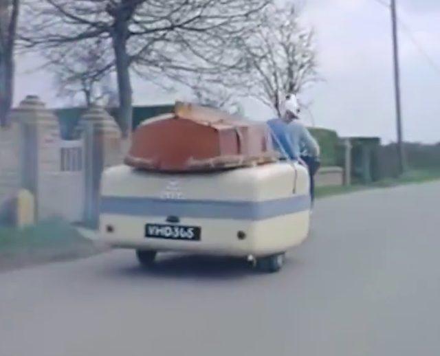 画像: このトレーラー、随分横幅があるのが気になりますね・・・。中に何が入っているのかな? www.facebook.com