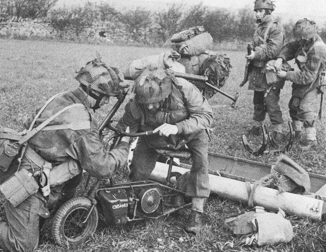 画像: ウェルバイクの折りたたみ式ハンドルを起こし、走行可能な状態にする兵士たち。 bcoy1cpb.pacdat.net
