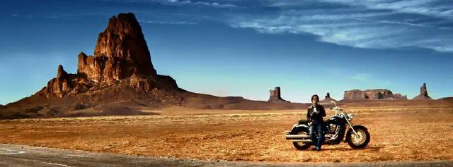 画像: 荒野に佇むバイクと亀梨さん