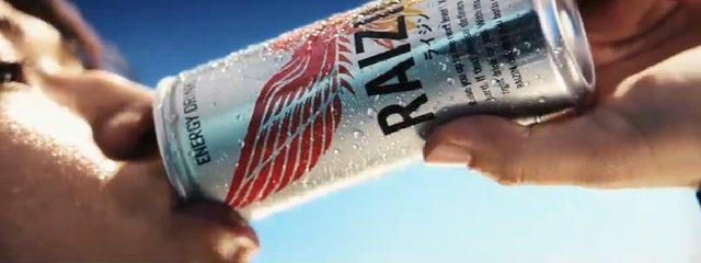 画像: 手にしたRAIZINを飲み干すと‥
