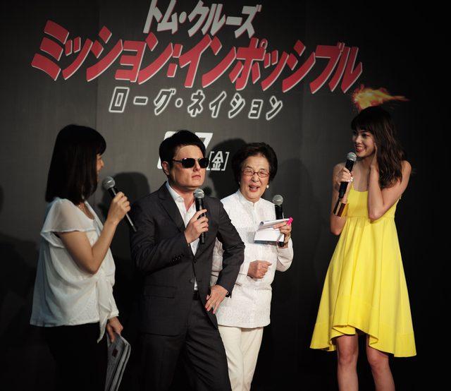 画像: イーさん?を英語でインタビューする森星さんと、通訳する戸田奈津子さん